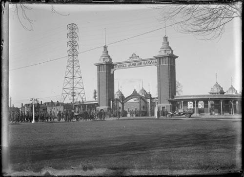 Troops at C.N.E. (Canadian National Exhibition) gates, Toronto
