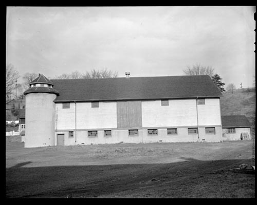 Exterior view of a barn at Sunnybrook Farm
